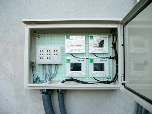 発電モニターと非常用コンセントを屋外BOX内に設置